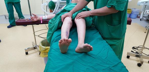 Thay hai khớp háng giúp người viêm cột sống dính khớp đi lại