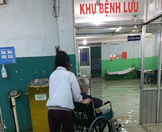 Bệnh viện ngập nước, bác sĩ lội nước cấp cứu cho bệnh nhân