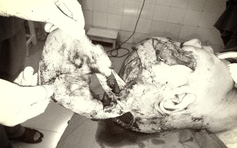 Hong tóc trước quạt công nghiệp, người phụ nữ bị giật bay da dầu