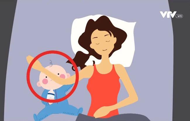 Nghi vấn mẹ đè tay con, bé 4 tháng tuổi chết não do ngạt khí