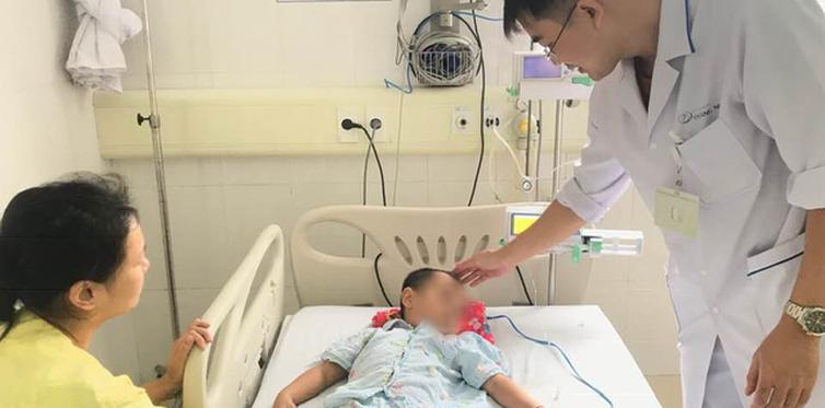 Dùng lá mại chữa táo bón, bé trai 4 tuổi bị ngộ độc suýt chết
