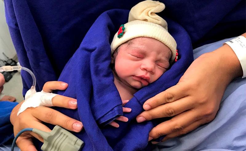 Bé gái đầu tiên sinh ra từ tử cung hiến tặng của người chết