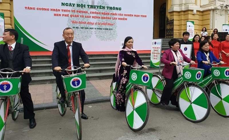 Bộ trưởng Y tế đạp xe kêu gọi phòng chống bệnh phổi