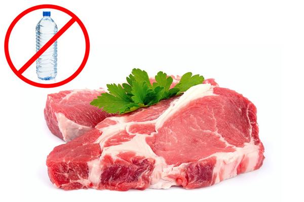 Giá cũng quan trọng: Khi mua thịt rẻ, bạn phải xác định chúng sẽ ra nhiều nước khi nấu. Thịt đắt nhưng chất lượng sẽ cao hơn. Trung bình mỗi người ăn từ 120-200gr thịt/ngày, vì vậy, bạn nên cân nhắc lượng thịt đủ với mỗi bữa ăn cho gia đình.