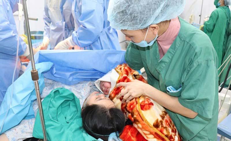 Máy siêu âm 5D giúp bác sĩ bơm nước ối cứu mẹ con thai phụ
