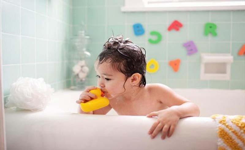 Tắm cho trẻ ngày lạnh thế nào?