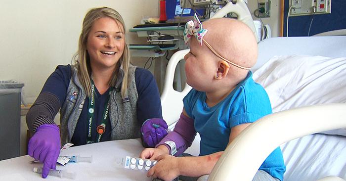 Đứa trẻ sống sót sau ung thư trở thành nữ y tá