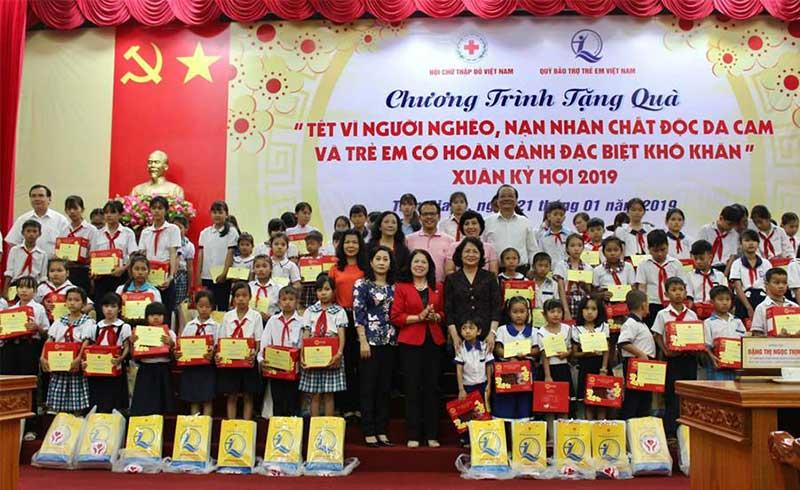 Phó Chủ tịch nước cùng Hội CTĐ tặng quà Tết cho bà con Tiền Giang