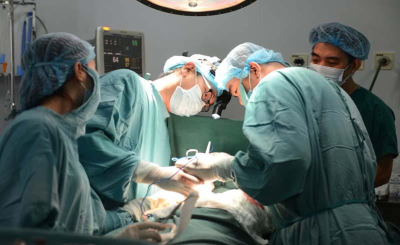 Bác sĩ kiệt sức nằm thiếp bên cạnh giường bệnh nhân
