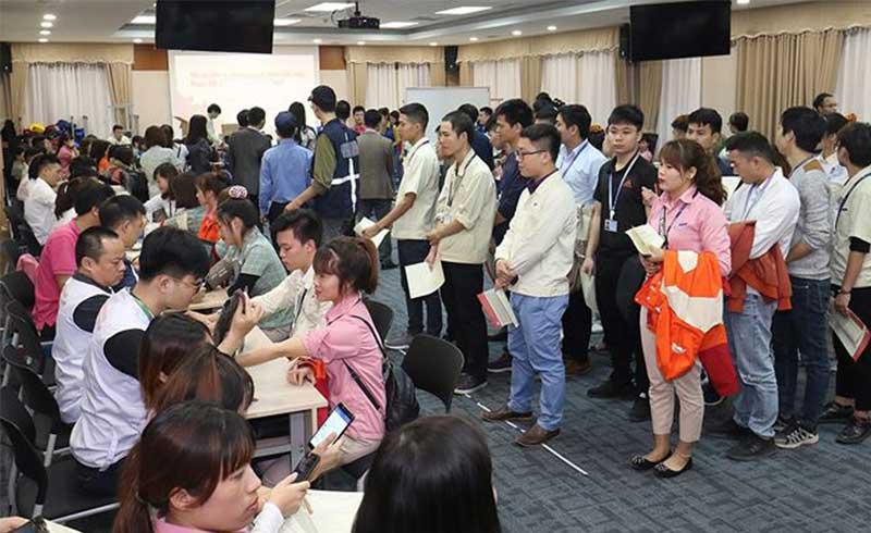 Công nhân Samsung xếp hàng chờ hiến máu cứu người