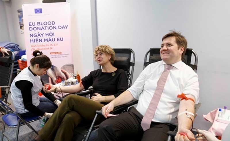 Phái đoàn Liên minh châu Âu hào hứng hiến máu nhân đạo tại Việt Nam