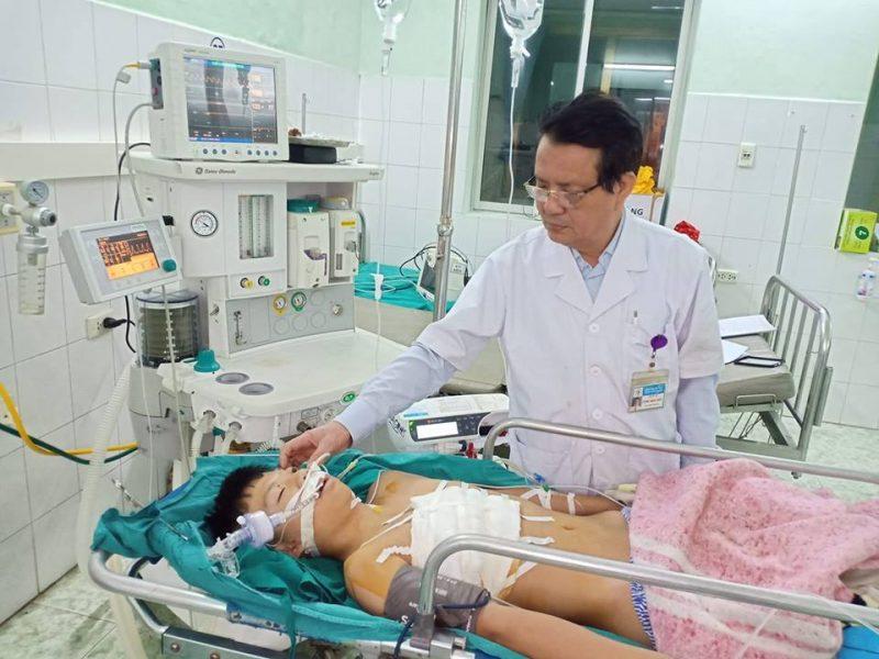 Bé trai bị đứt động mạch phỏi vì cú ngã trên đường đi học