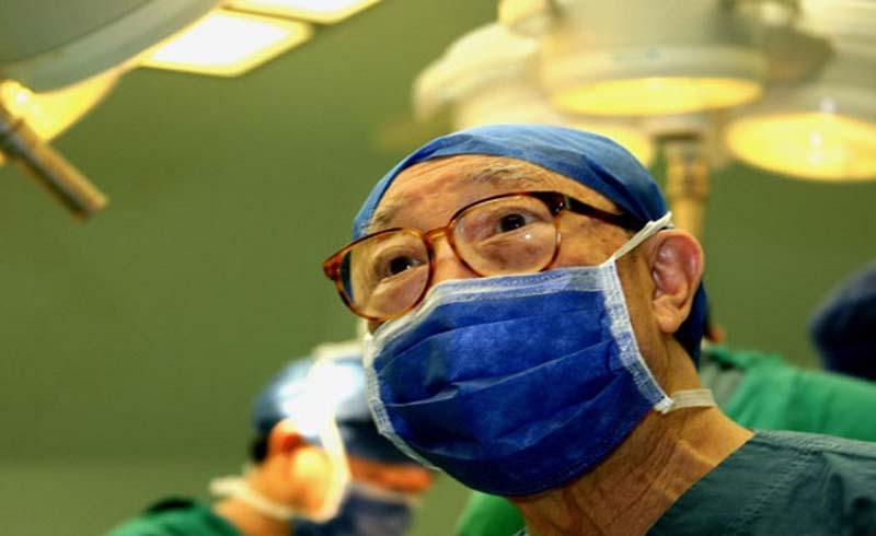 Bác sĩ 96 tuổi vẫn hàng ngày phẫu thuật cứu người