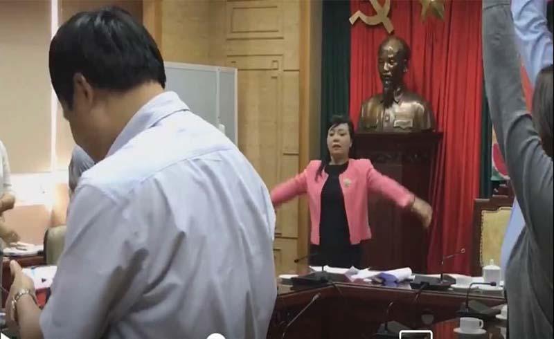 Bộ trưởng Bộ Y tế hướng dẫn tập thể dục giữa giờ họp