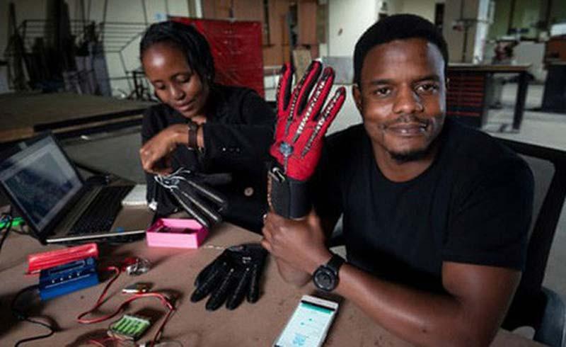 Chàng trai 25 tuổi chế tạo 'găng tay biết nói' dành cho người điếc