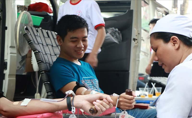Nhiều người tham gia hiến máu tình nguyện ở TP HCM