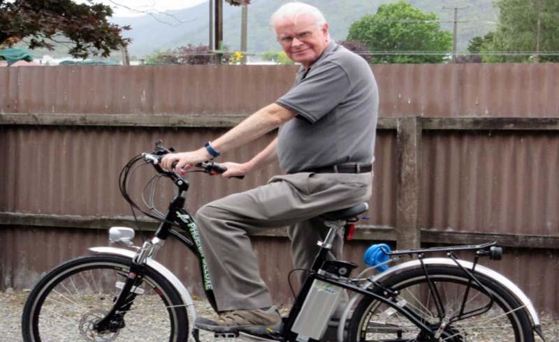 Người lớn tuổi nên đi xe đạp điện thay vì xe đạp