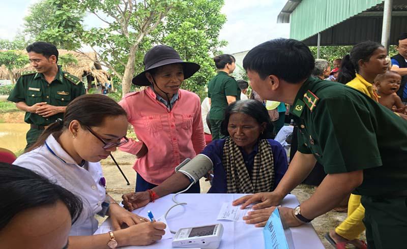700 người dân biên giới Việt Nam – Campuchia được khám bệnh miễn phí