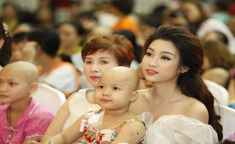 Hoa hậu Đỗ Mỹ Linh và mẹ đăng ký hiến tạng tại Bệnh viện Chợ Rẫy