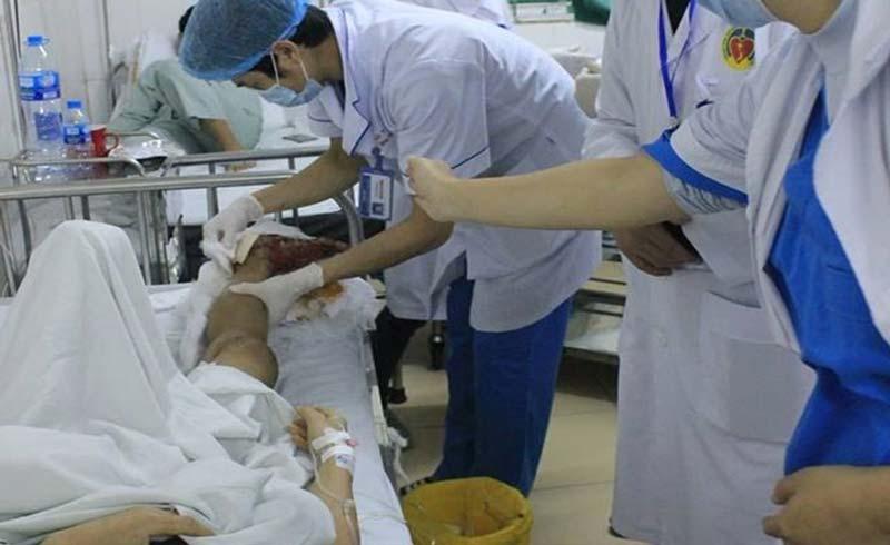 Bác sĩ trắng đêm cứu cẳng chân dập nát của tài xế