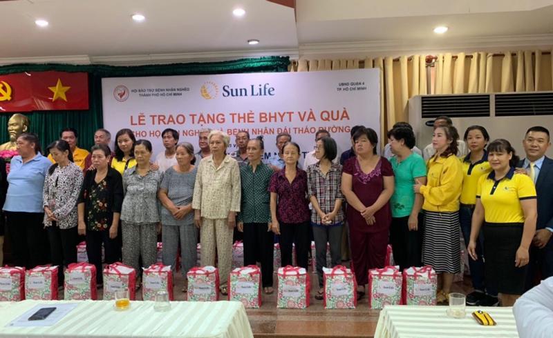 Sun Life trao tặng thẻ bảo hiểm y tế và quà tặng cho các hộ gia đình
