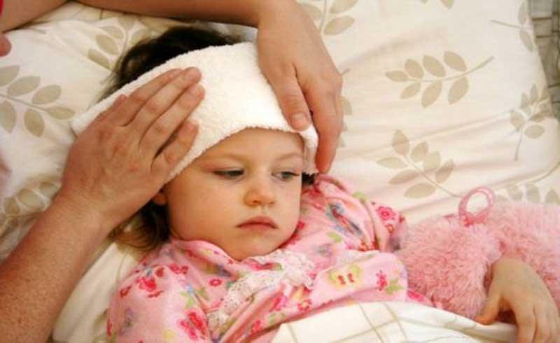 Chườm ấm đúng cách để con trẻ nhanh hạ sốt