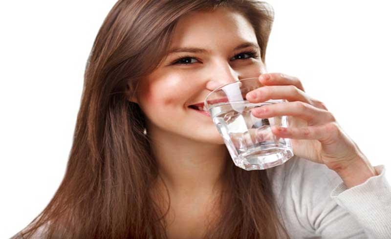 Có nên uống nước trước khi đánh răng vào buổi sáng?