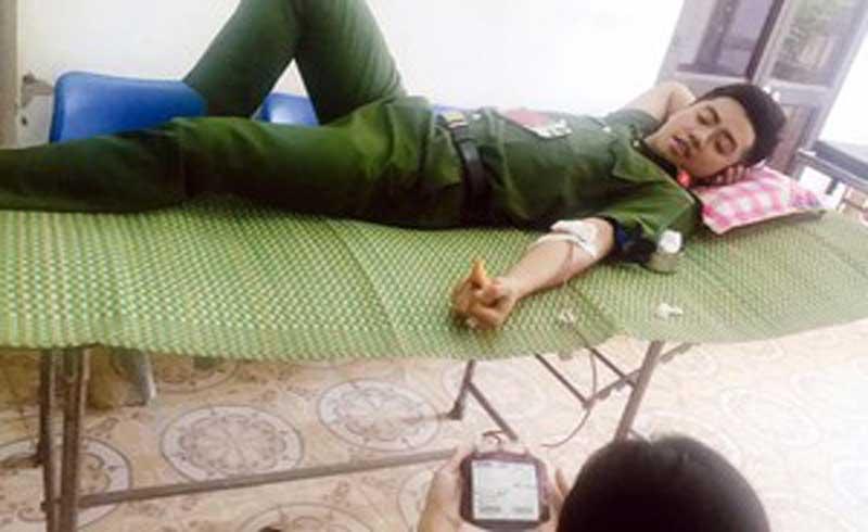 Thiếu úy Công an hiến máu cứu hai mẹ con sản phụ