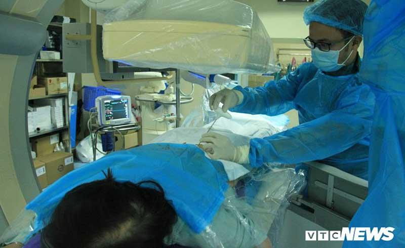 Bác sĩ bơm 'xi măng' vào cột sống cứu vận động cho bệnh nhân
