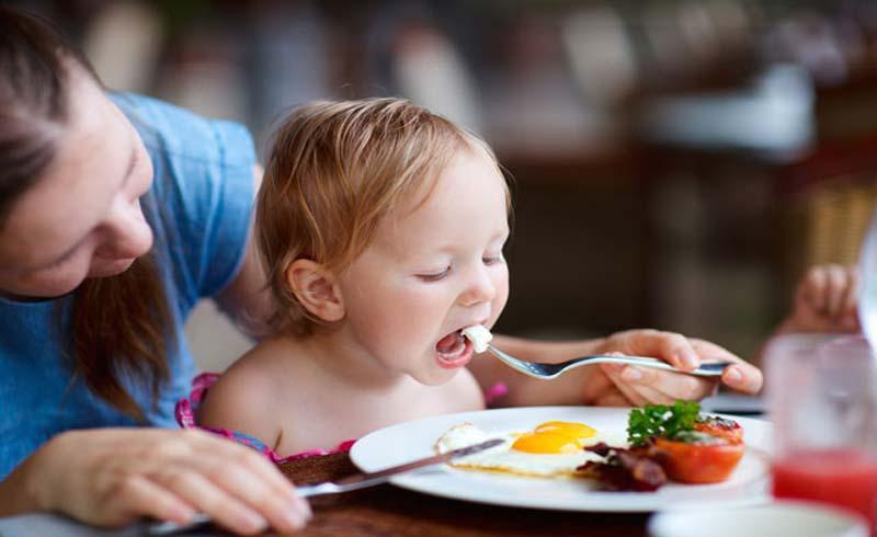Trẻ nhỏ ăn bao nhiêu trứng là đủ