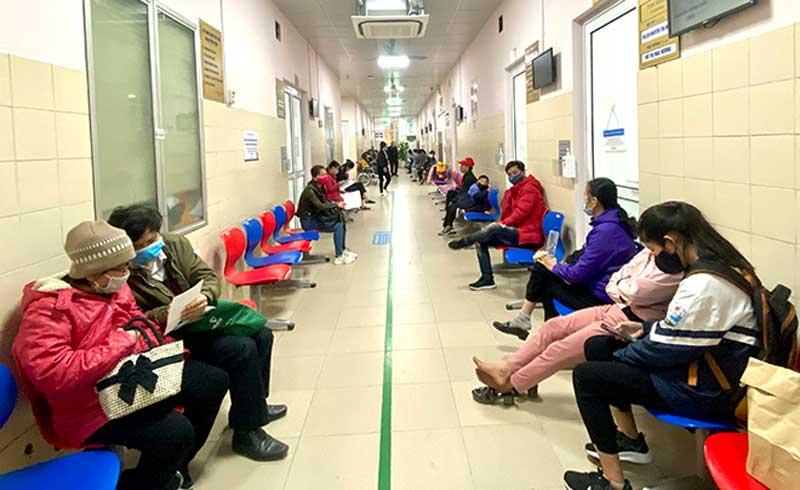 Bệnh viện hết cảnh bệnh nhân xếp hàng