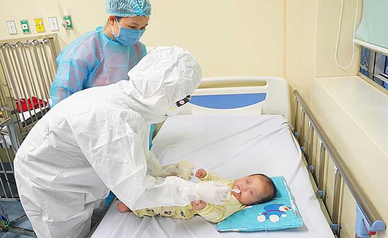 Điều dưỡng chăm sóc bé 3 tháng tuổi: 'Lo lắng, trống rỗng'