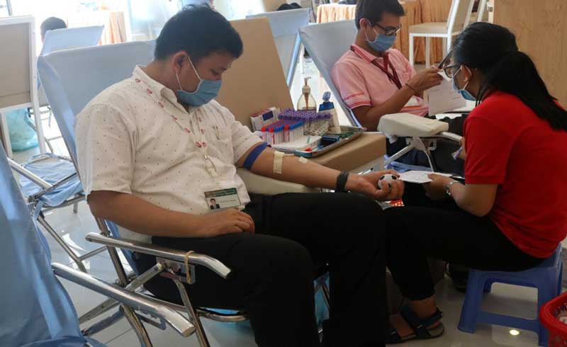 """Người đàn ông nước ngoài """"nhát"""" kim tiêm nhưng vẫn dũng cảm hiến máu cứu người"""