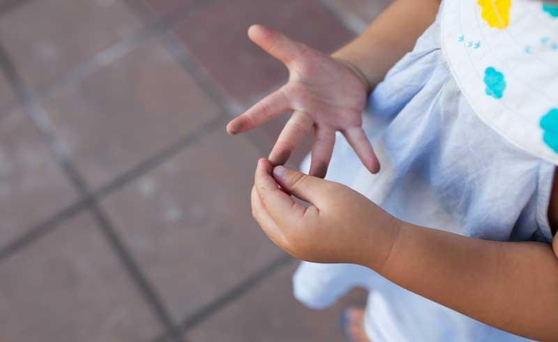Mẹ dạy bé cách siêng rửa tay phòng Covid-19