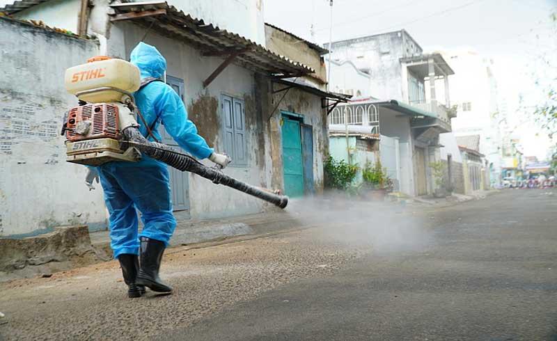 Chuyên gia y tế: 'Không cần phun khử trùng ngoài đường'