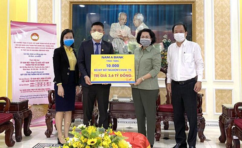 Nam A Bank tài trợ 10.000 bộ xét nghiệm nhanh COVID-19 cho TPHCM