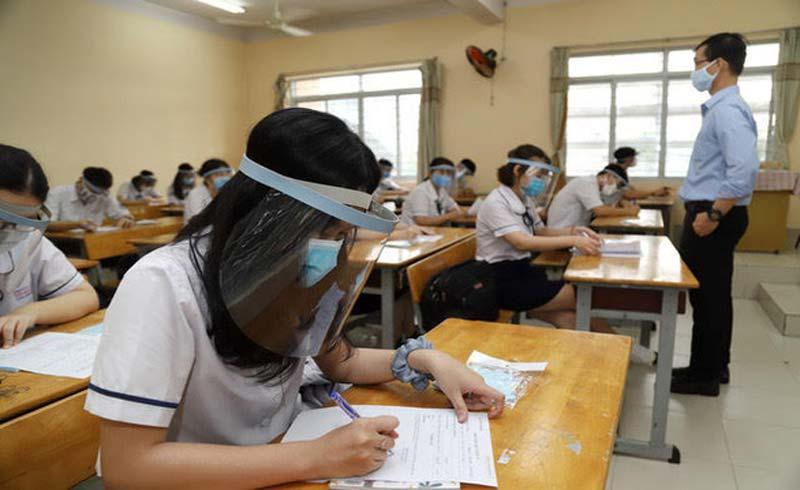 Học sinh trở lại trường, có cần thiết đeo nón tấm chắn?