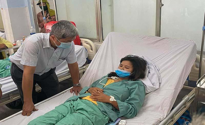 Y bác sĩ Quảng Nam khiêng bệnh nhân chục cây số